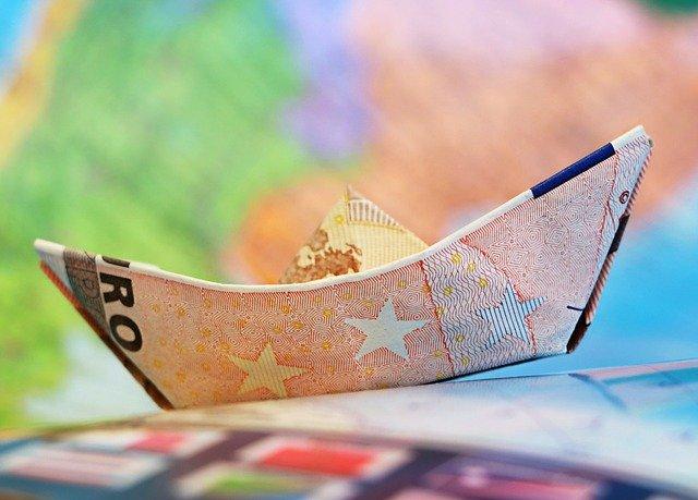 barco de dinero reflejando los ingresos pasivos